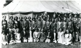 <p>Cor Gruffydd Lloyd Roberts yn cynnys merched Ysgol Dr Williams. Tegwen Harris Jones, Dilys harris, Pryderen Davies Jones, Byddyg a Ethelwyn Thomas, Mary Wynne Williams, Margery Jones, Meiriona Thomas, Priscilla Williams, Olwyn Hughes, Nora Williams, Glenys Roberts, May Brooks, Gwen Roberts, Heulwen Roberts, Olwen Thomas, Eluned Roberts, Megan Williams, Eirwen Evans, Eira Griffiths, Betty Jones </p>