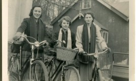 <p>Ann O Roberts, Betty Gwyn and Helen in front of The Sanitorium, Dolgellau </p>
