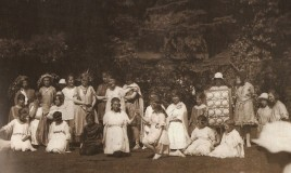 The performance of Midsummer Night's Dream from 1923, the play was performed outdoors.